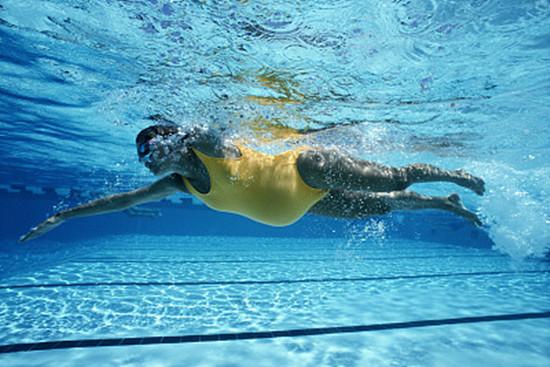 孕妇游泳应该注意什么 游泳对孕妇有哪些好处呢