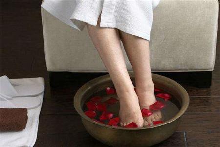 冬季适合糖尿病泡脚吗,四招教你健康泡脚