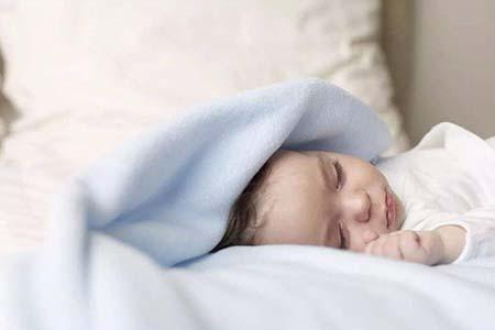 宝宝睡觉总翻身,这些因素所致