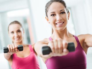 女生举哑铃的正确方法 8个最简单的哑铃的锻炼动作