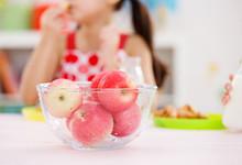 为什么苹果晚上吃就是毒苹果 早上吃苹果为什么比晚上好